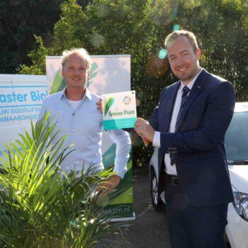 Cleanmaster Biolux ontvangt de Groene Pluim van wethouder De Goffau.